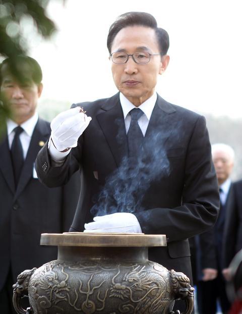 TRUES: S�r-Koreas president, Lee Myung-bak, mottar grove trusler i nordkoreanske propagandavideoer. Foto: EPA/Scanpix