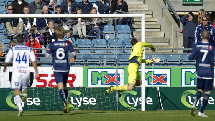 SUSER: Alexander S�derlund hamrer ballen forbi Rune Almenning Jarstein. Foto: Tommy Ellingsen / NTB scanpix