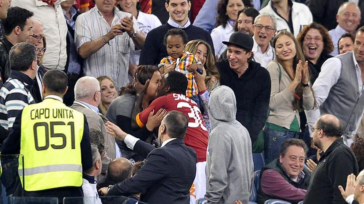 KYSSET: Fabio Simplicio l�p opp p� tribunen og kysset denne kvinnen - sannsynligvis kona - etter sin scoring. Foto: AP Photo/Alfredo Falcone, Lapresse