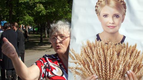 F�R ST�TTE: En tilhenger av opposisjonslederen Yulia Tymoshenko, roper slagord utenfor rettslokalene i Kharkiv. Tymoshenko soner en dom p� syv �r etter anklager om maktmisbruk. Foto: SERGEI BOBOK / AFP PHOTO / NTB SCANPIX