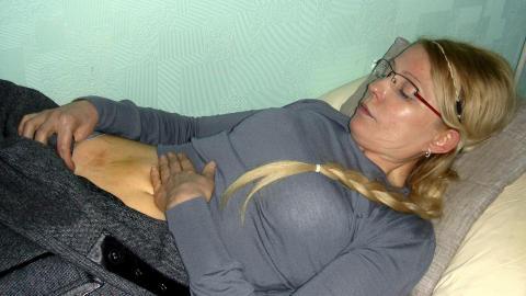 BL�MERKER: Her viser Tymoshenko frem bl�merker p� magen hun hevder � ha f�tt etter mishandlingen fra en fengselsbetjent. Foto: Ap Photo / Ntb Scanpix