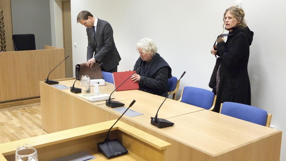 I RETTEN: Odd Nerdrum vant fram i Larvik tingrett. Her sammen med kona Turid Spildo og hans prosessfullmektig, advokat Stein Hove.  Foto: Anders Gr�nneberg