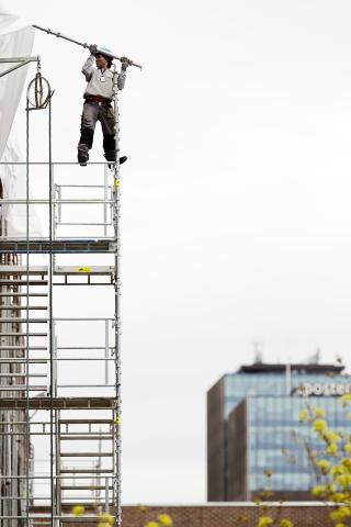 HALSBREKKENDE:  Arbeideren balanserte uten sikring 15 meter over bakken. Foto: TORE MEEK / SCANPIX