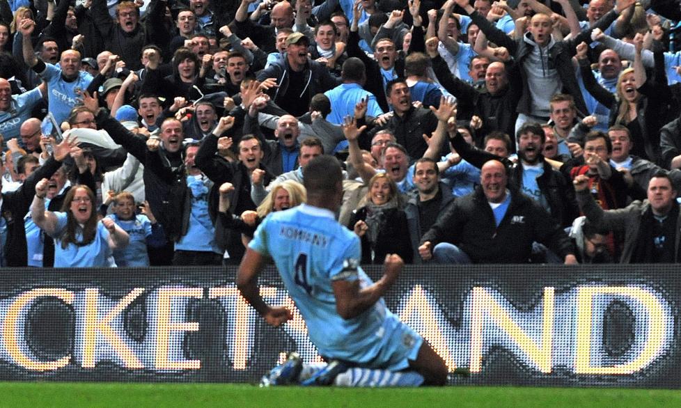 KAPTEINEN TOK ANSVAR: Vincent Kompany steg til værs, og stanget Manchester City i ledelsen. Her feirer han foran City-supporterne. Foto: EPA / Gerry Penny / NTB Scanpix