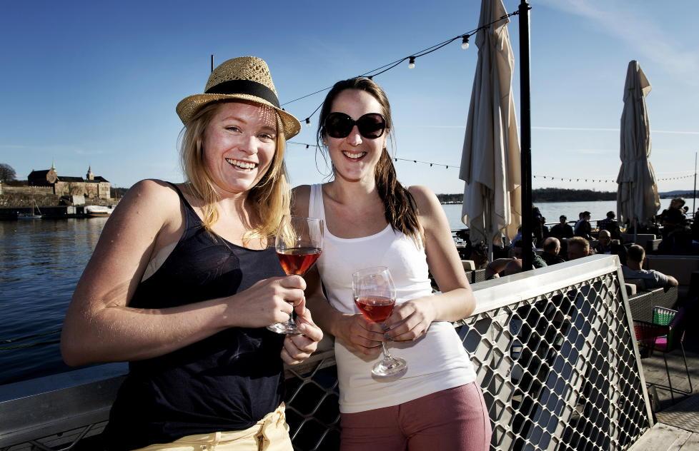 SOMMEREN P� FORSKUDD: Madeleine Magnuson (26) og Jannicke Eilertsen (24) koser seg med et glass ros�vin p� Lektern p� Aker Brygge i Oslo.  Foto: �ISTEIN NORUM MONSEN / DAGBLADET