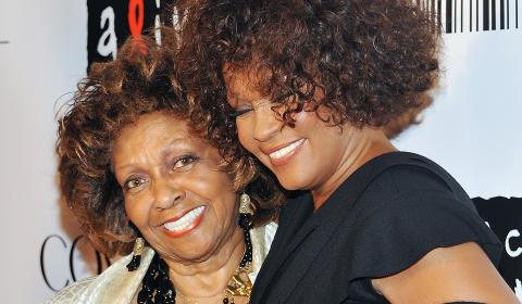 MOR OG DATTER:  Ett år etter at dattera døde, har mor Cissy Houston utgitt boka  «Remembering Whitney». Foto: AP Photo/Evan Agostini