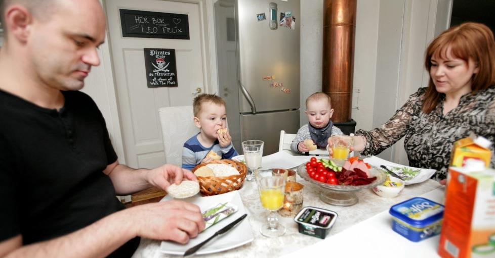 ET ROLIG M�LTID: Det var ikke vanlig f�r Leo begynte p� diett. Pappa Tore, Leo, lillebror Liam og mamma Renate koser seg ved frokostbordet. FOTO: Anne Elisabeth N�ss