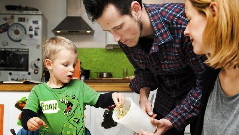 UTEN MELK OG GLUTEN: Ask, pappa Kjetil og mamma Une spiser n� samme mat.  FOTO: Kristin Ellefsen
