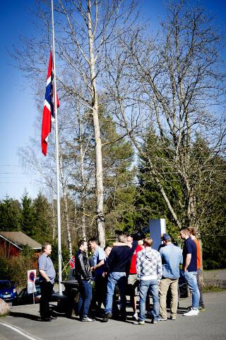 HALV STANG: Venner og kolleger m�ttes p� Olympiatoppen i dag for � minnes Dale Oen. Foto: John T. Pedersen / Dagbladet