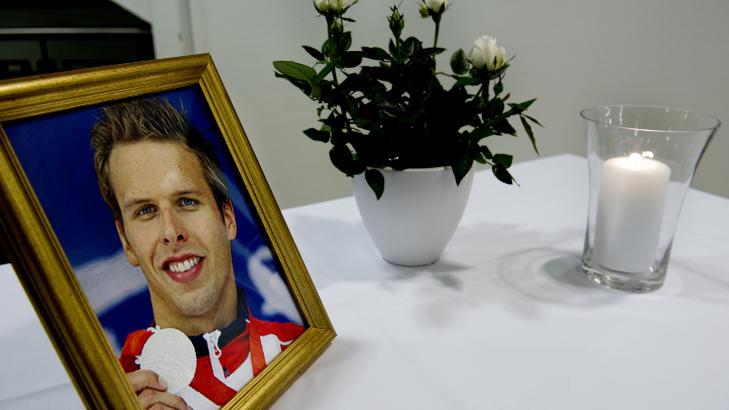 MINNEBORD: I respesjonen på Olympiatoppen sto det et bord med et bilde av Alexander Dale Oen, et lys og en blomst. Foto: John T. Pedersen / Dagbladet