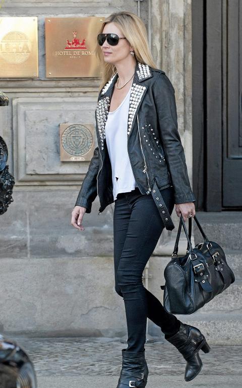 STILIKON: Kate Moss er ofte � se i skinnjakke. Her bruker hun en r�ff variant med nagler. Foto: Stella Pictures