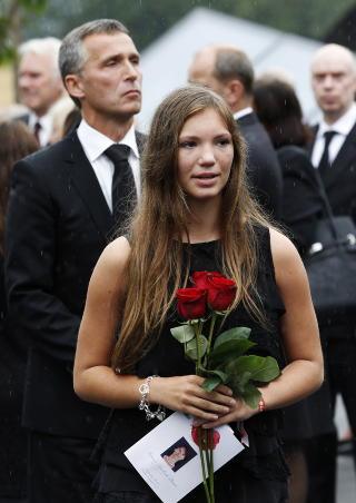 HEDRET MONICA: Jens Stoltenberg var til stede i Monica B�seis begravelse, sammen med Helene - datteren til B�sei og skipperen (48) som vitnet i Oslo tingrett i dag. Foto: Erlend Aas / NTB Scanpix POOL