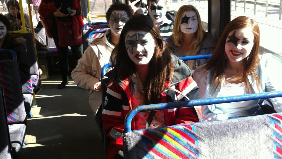 MINIARMY: Det var flere som hadde sminket seg som Kiss i Oslos kollektivtrafikk i dag. Foto: Privat.