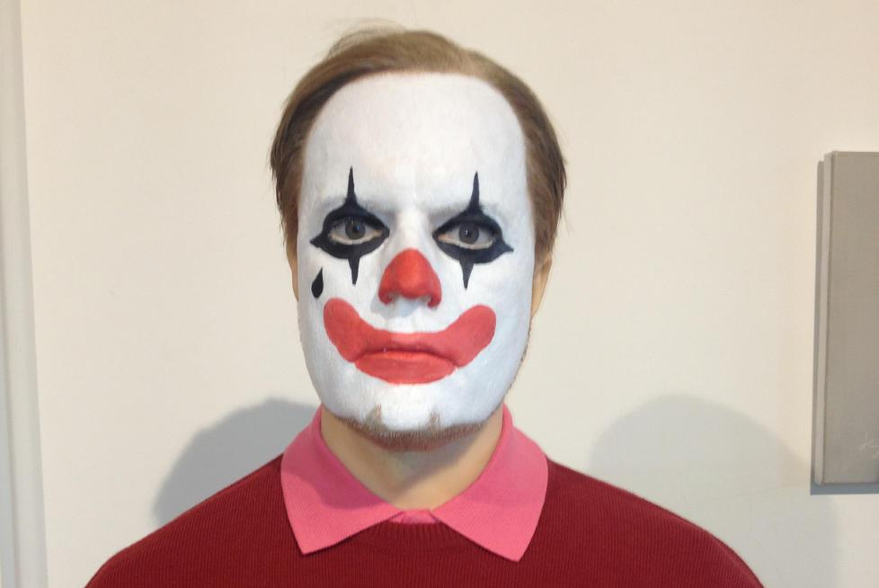 �THE CLOWN�: Morten Viskum provoserer med ny avst�pning av seg selv der han har trekk fra Breivik og klovnemaling i ansiktet. Foto: Morten Viskum
