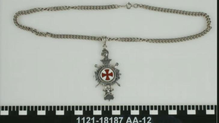I BUKSELOMMA: Denne medaljongen ble funnet i Breiviks lomme. Breivik har hevdet han hadde symboler fra Knights Templar-organisasjonen med seg, men har gått tilbake på dette seinere.