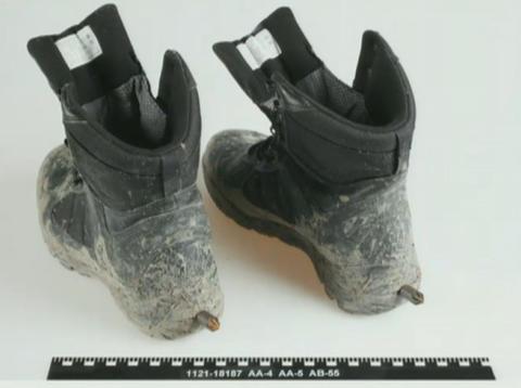 SPORER: Skoene han hadde på seg hadde skrudd inn tagger i hælene.