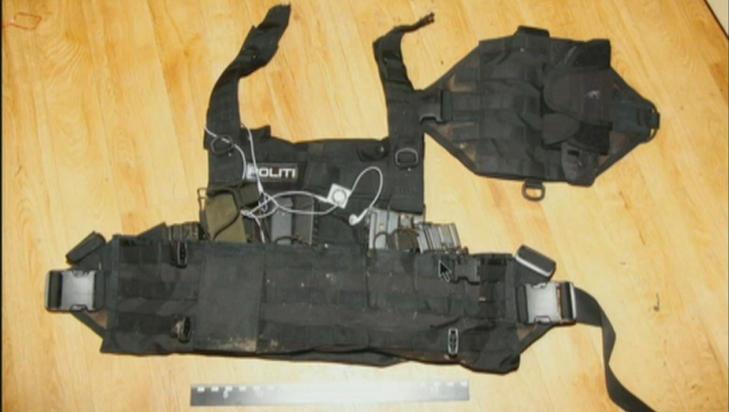 UTSTYRSVEST: Den politiuniform-lignende vesten der Breivik blant annet hadde ammunisjon og ipoden sin.