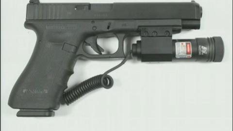 LASERSIKTE: Breiviks pistol. Den var påmontert en laserpeker.