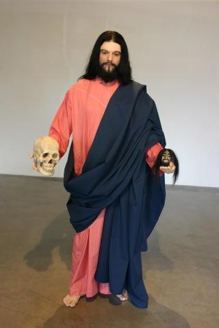 JESUS: I 2006 var avst�pningen av Viskum utkledd som Jesus. I hendene holder han en ekte hodeskalle og et ekte, skrumpet indianerhode. Foto: Harald Flor