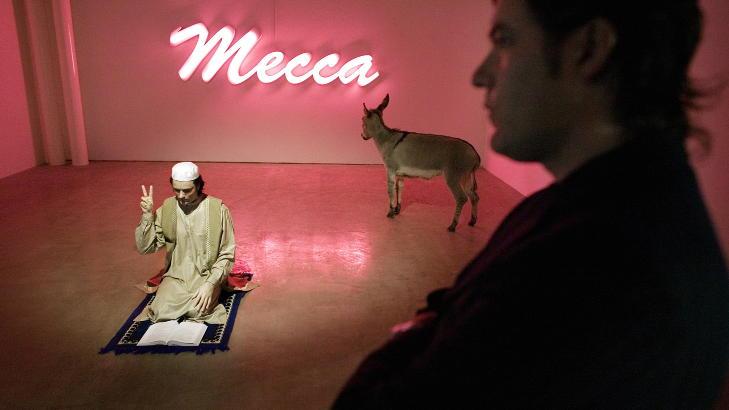 MUSLIM: I 2007 var kunstprosjektet et slags innlegg i islamdebatten. Han viser Mekka ryggen. Foto: Henning Lilleg�rd