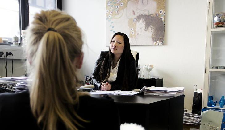 KLAGER PÅ KODEN:  Jentas advokat, Trine Rjukan, mener det er uriktig at voldtektsanmeldelsen ble henlagt på koden «intet straffbart forhold funnet sted» da politiet samtidig mener at hun ikke samtykket til å la seg avbilde. Den kvinnelige studenten mener hun var så påvirket at hun under hele episoden var ute av stand til å motsette seg handlingene, mens han i vitneavhør har forklart at hun ble «fullere og fullere». Foto: Bjørn Langsem / Dagbladet.