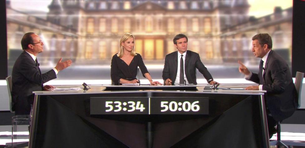 FRANSK �GRANDEUR�: Fran�ois Hollande fra Sosialistpartiet (til venstre) utfordrer president Nicolas Sarkozy (til h�yre) i deres holmgang i fjernsyn onsdag, foran et bilde av det sagnomsuste Elys�e-palasset. Men det er ikke noe sterkt Frankrike de kjemper om � lede, tvert imot. Foto: REUTERS/France 2