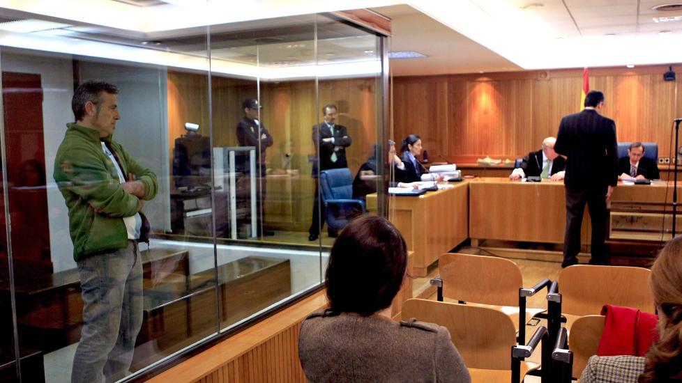 BAK GLASSRUTE: Her st�r Felix Alberto Lopez de la Calle Gauna (t.v) tiltalt for drap p� tre menn i 1980. I dag ble han funnet skyldig. Foto: EPA/GUSTAVO CUEVAS