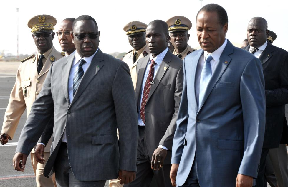 Senegals president Macky Sall (t.v.) og Burkina Fasos president Blaise Campaore ved ankomst til Dakar og ECOWAS-m�tet p� krisene i Mali og Guinea-Bissau. Foto: AFP PHOTO /  SEYLLOU / SCANPIX