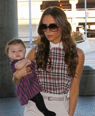 MOTERIKTIG: Victoria Beckhams datter Harper har til tross for sine ni m�neder allerede rukket � bli litt av en fashionista. Her er hun ikledd kjole fra Marc Jacobs og str�mpebukse fra Chlo�. Foto: Bulls