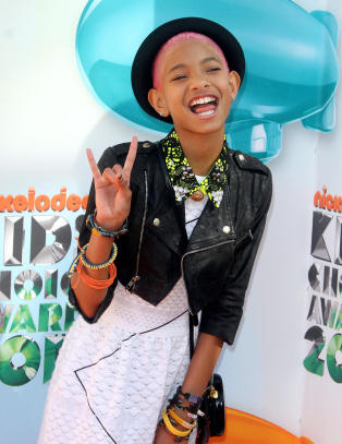 Willow Smith (11) sniker i ken hos Fam Irvoll