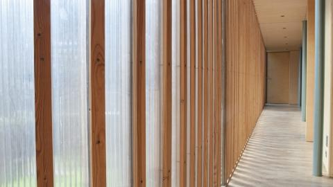 FILTRERER DAGSLYSET: De robuste plastkanalplatene slipper gjennom dagslys uten at det blir innsyn inn i rekken av soverom som ligger langsetter den kule gangen.   Foto: Sandra Aslaksen