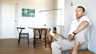 TEGL: - Huset er bygd i Bratsberg tegl. Inne er den sekkeskurt i en gr�gulbrun fargetone. Ikkeb�rende yttervegger har   terrakottar�d stucco lustro, Settef Marmorella, sier arkitekt Knut Hjeltnes.  Foto: Signe Dons