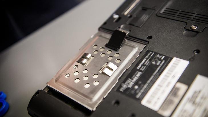 P� PLASS:  Med den nye harddisken p� plass i samme holder som den forrige hadde rundt seg, passer den flott inn i tomrommet og m� bare festes ved hjelp av en enkelt skrue. Husk at dette kan v�re annerledes p� din PC. Foto: H�kon Eikesdal