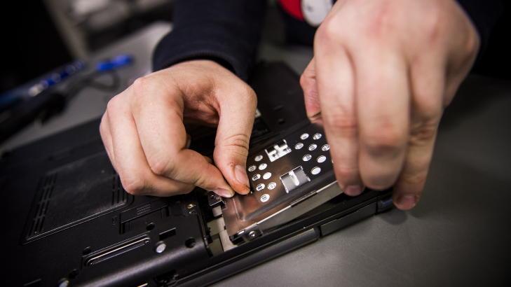 TA UT:  Harddisken som satt i PC-en tar vi ut. Her er det greit � legge merke til hvordan den satt festet inne i maskinen for s� � sette den nye harddisken inn p� samme m�te. Husk at dette kan v�re annerledes p� din PC. Foto: H�kon Eikesdal