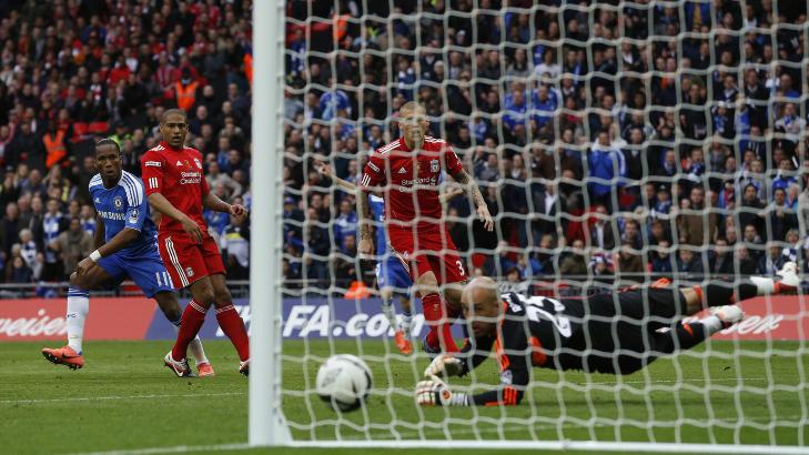 MATCHVINNER FOR TREDJE GANG: Med sitt 2-0 m�l ble Didier Drogba matchvinner for Chelsea i FA-cupfinalen for tredje gang i karrieren. Det var ogs� den fjerde finalen han scoret i, noe som er rekord.Foto: Reuters/Eddie Keogh/NTB scanpix