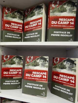 BLE BOK: Shin Dong-hyu reiser n� verden rundt for � promotere boka Escape From Camp 14, hvor han forteller om livet bak murene i Nord-Korea. Foto: REUTERS/Jacky Naegelen