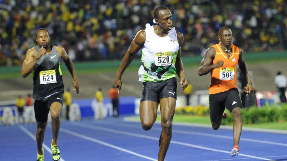 F�RST SOM SIST: Jamaicas Usain Bolt vinner lett med �rsbeste i verden, p� hjemmebane i Kingston. Foto: AFP/RICARDO MAKYN