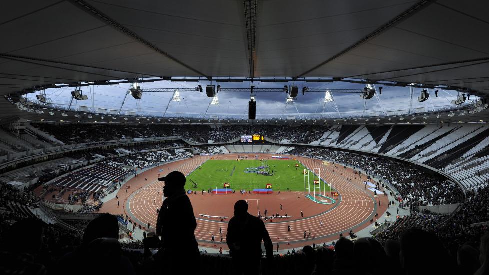 BOMBE: Tilskuerne finner plassene sine inne p� Olympic Park i London i forkant av den offisielle �pningen. Bare noen timer tidligere klarte en arbeider � smugle enn falsk bombe inn p� stadion. Foto: Paul Hackett/Reuters/NTBscanpix