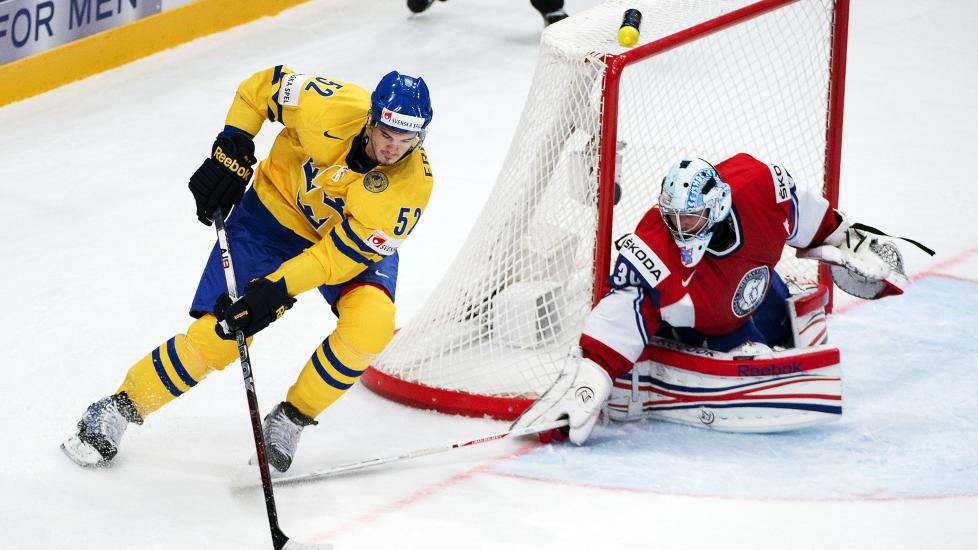 BENKES: Lars Haugen spilte en god kamp mot Sverige fredag til tross for 1-3-tapet, men p� grunn av et tett kampprogram har den norske landslagsledelsen valgt � spare p� Haugen. Foto: SCANPIX/AFP/JONATHAN NACKSTRAND
