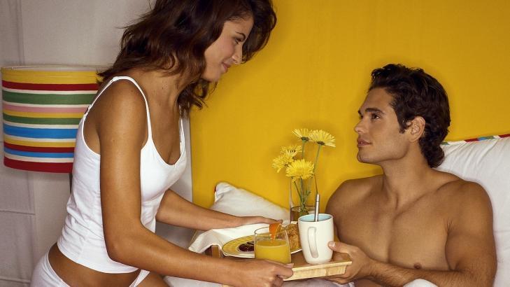 IKKE BARE S�VN: Sengen brukes til mer enn � bare sove i, derfor er det gjerne ekstra viktig � v�re p�passelig med � vaske b�de dyner og puter. Foto: Colourbox.com