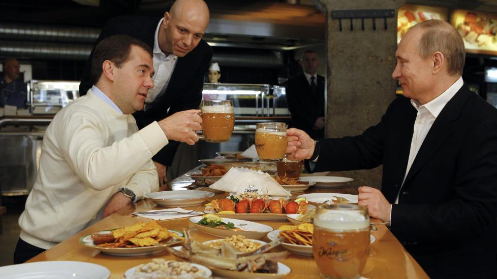 TO ALEN: Medvedevs mykere stil og smidigere holdning til meningsopponenter kan forklares med hans personlighet og akademiske bakgrunn, men det betyr ikke at han er �mer� demokratisk enn sin mentor, skriver artikkelforfatteren. Foto: AFP