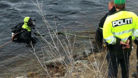 STERKE STRØMMER: Dykkere sikres med tau etter at en mann ble funnet flere kilometer unna ulykkesstedet. Foto: Steffen Lilleevjen
