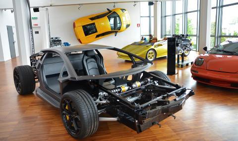 KARBONMONOCOQUE: Aventador har et b�rende karosseri (monocoque). Det kommer b�de kj�reegenskapene og matchvekta til gode. Lamborghinis flaggskip veier bare 1575 kilo. Legg merke til den spesielle pushrod-fj�ringen med horisontalt monterte fj�rer/dempere. Foto: ANDREAS HANDELAND
