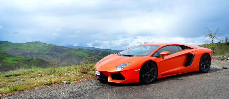 PERFEKSJON: Da Lamborghini skulle vekke Aventador til live, var det bare blanke ark og fargestifter som var godt nok. Alt er nytt, til og med den ekstreme V12-motoren p� 700 hestekrefter! Foto: ANDREAS HANDELAND