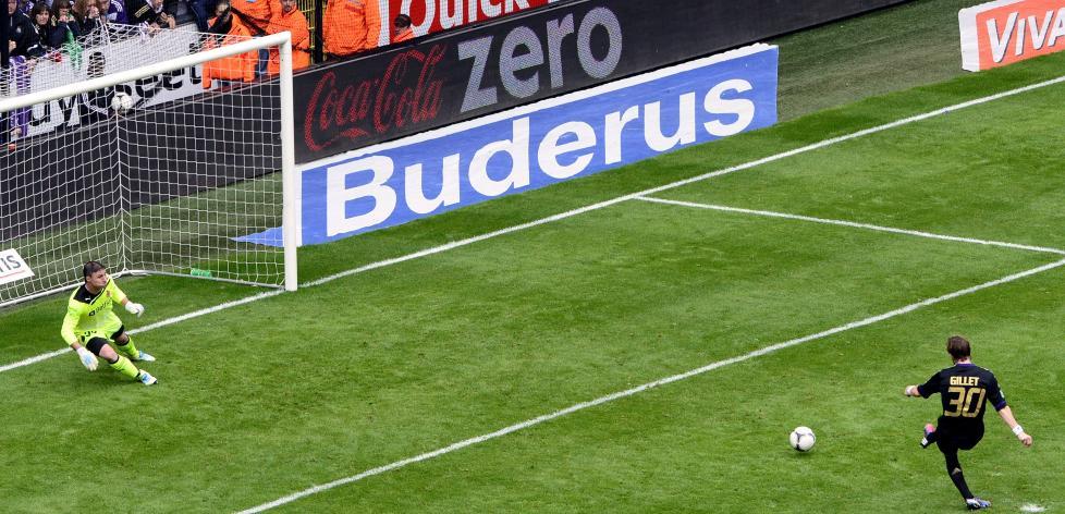 HER SIKRES LIGAGULLET: Nesten fire minutter p� overtid satte Guillaume Gillet inn 1-1 for Anderlecht p� straffespark. Br�gge-spillerne var i harnisk og f�lte seg snytt. Foto:   AFP PHOTO / BELGA / BRUNO FAHY