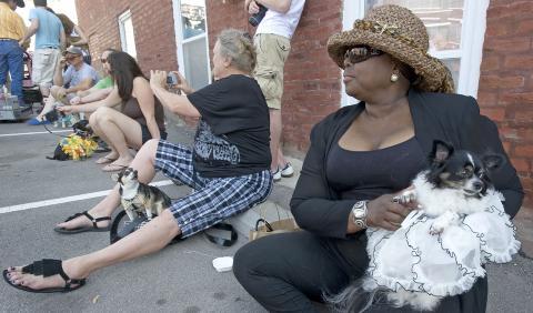 PUST I BAKKEN: Etter paraden var flere av deltakerne litt slitne, og s�kte ly i skyggen. Foto: Getty Images/AFP
