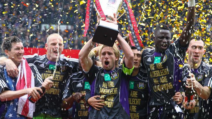 FEIRET P� EGET GRESS: For Br�gge-spillerne var det salt i s�ret at Anderlecht kunne feire ligamesterskapet foran �ynene deres. Foto:   EPA/JULIEN WARNAND