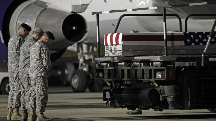 RESPEKT: Soldatene viser sin respekt og holder en b�nn foran kisten til Clark. Foto: Jose Luis Magana/AP/NTB Scanpix