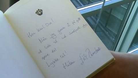 OPPMUNTRING: Erik Thorstvedt skrev f�lgende hilsen til Knausg�rd da han signerte sin egen bok �Helt bak m�l�: �Hei, Karl Ove. N�r jeg greier � gi ut en bok, m� i hvert fall du greie det. Lykke til. Hilsen Erik Thorstvedt�. Foto: NRK