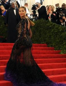 Beyonc viste mammafiguren i gjennomsiktig Givenchy